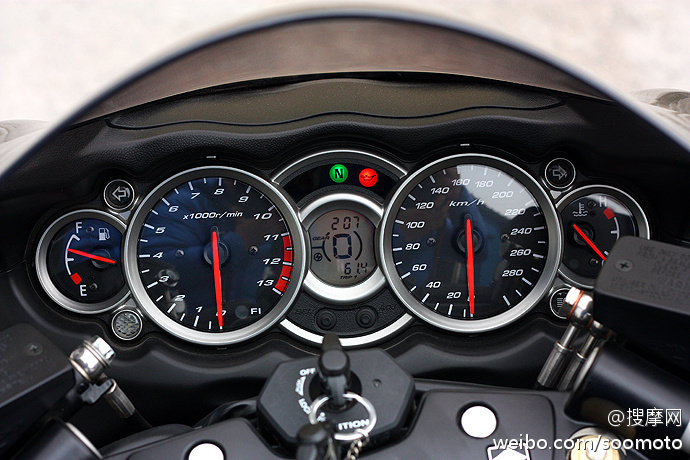 新到11款 铃木GSX1300R 隼 欧版原漆 改装吉村排气及脚踏 两套配件 图片 1